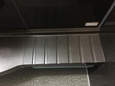 浴室の台の水あかをクリーニング