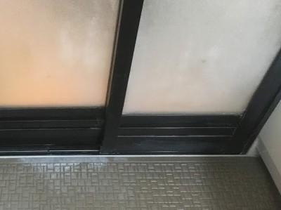 浴室の扉の水あかをクリーニング