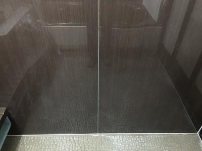 浴室の壁の水あかをクリーニング