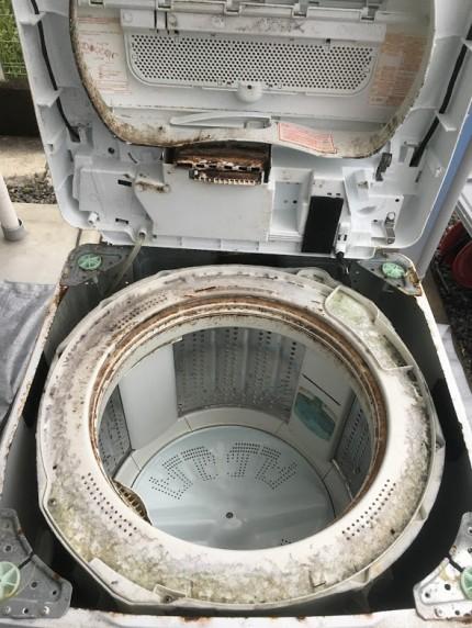 洗濯機の上側のパネルを開けました