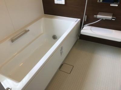 きれいになった茶色の壁の浴室