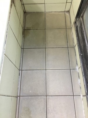 クリーニング前の浴室白いタイル床