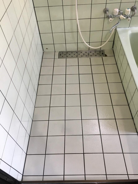 きれいになった白いタイルの浴室