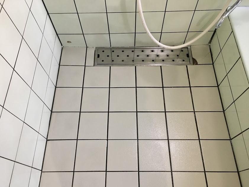 クリーニング後の浴室白いタイル床