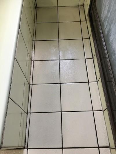 クリーニング後の白いタイル床