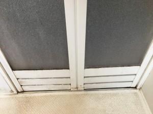 クリーニング前の浴室の扉