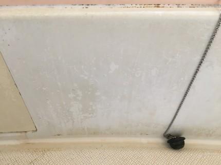 汚れた浴槽の外側の面