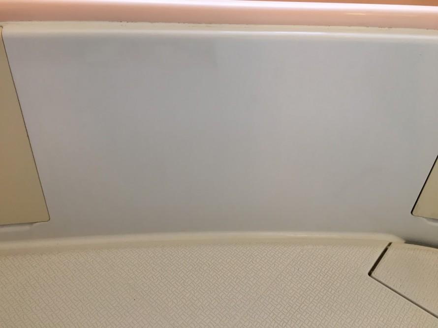 クリーニングしてきれいになった浴槽の壁面