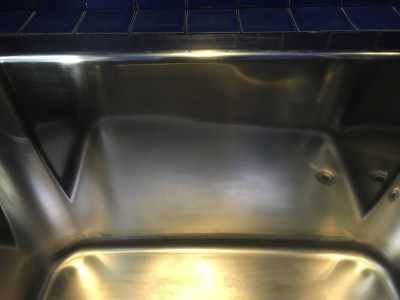 クリーニングしたステンレスの浴槽の拡大