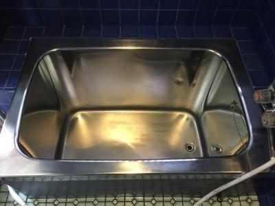 クリーニングしたステンレスの浴槽
