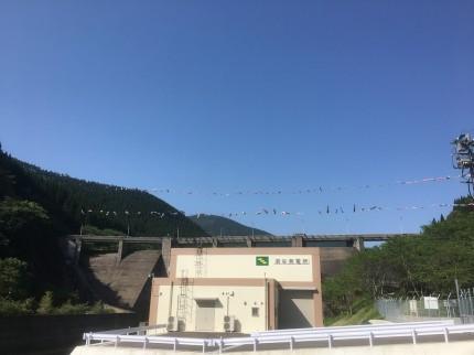 日南ダムの鯉のぼり