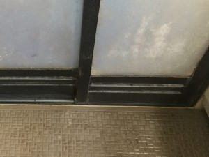 浴室の扉の水あか
